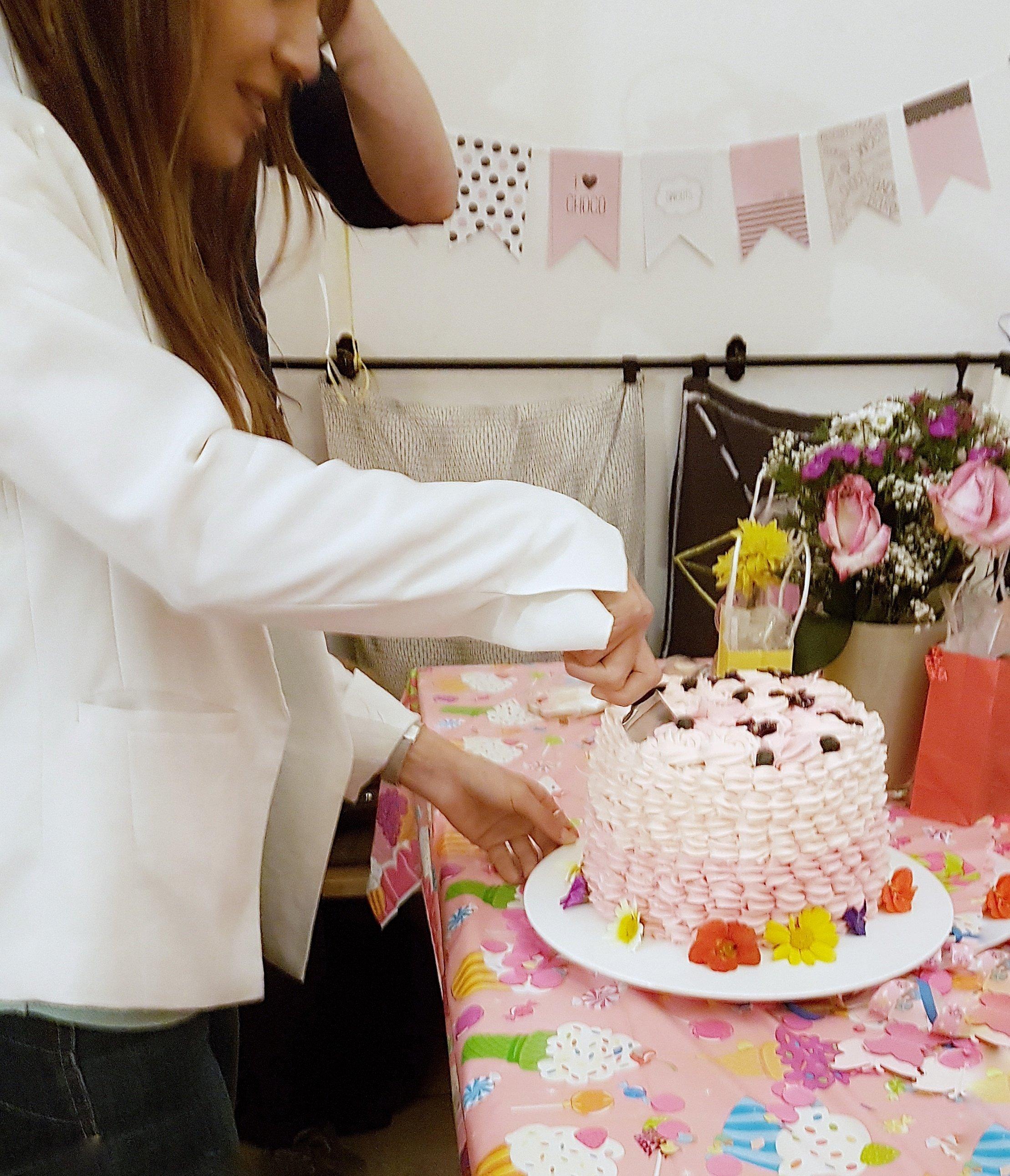 Jasmins 23. Geburtstag Torte anschneiden