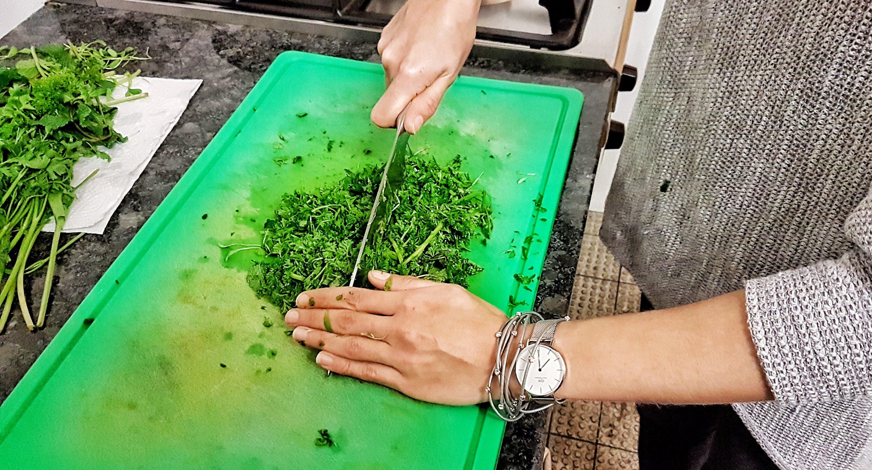 Veganes Frankfurter Grüne Soße Pesto hacken