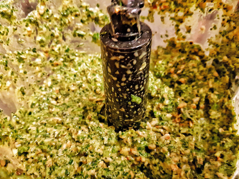 Veganes Frankfurter Grüne Soße Pesto mixen