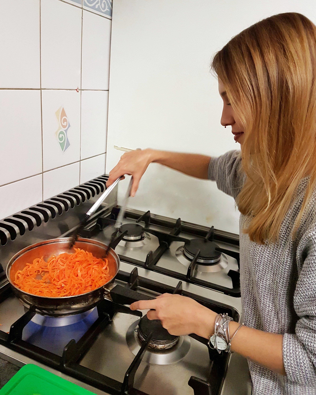 Veganes Frankfurter Grüne Soße Pesto Jasmin beim kochen