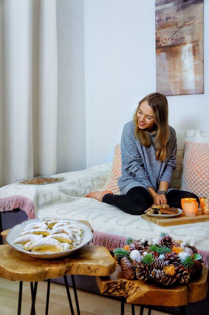 Mandelmakronen vegan Jasmin auf dem Sofa