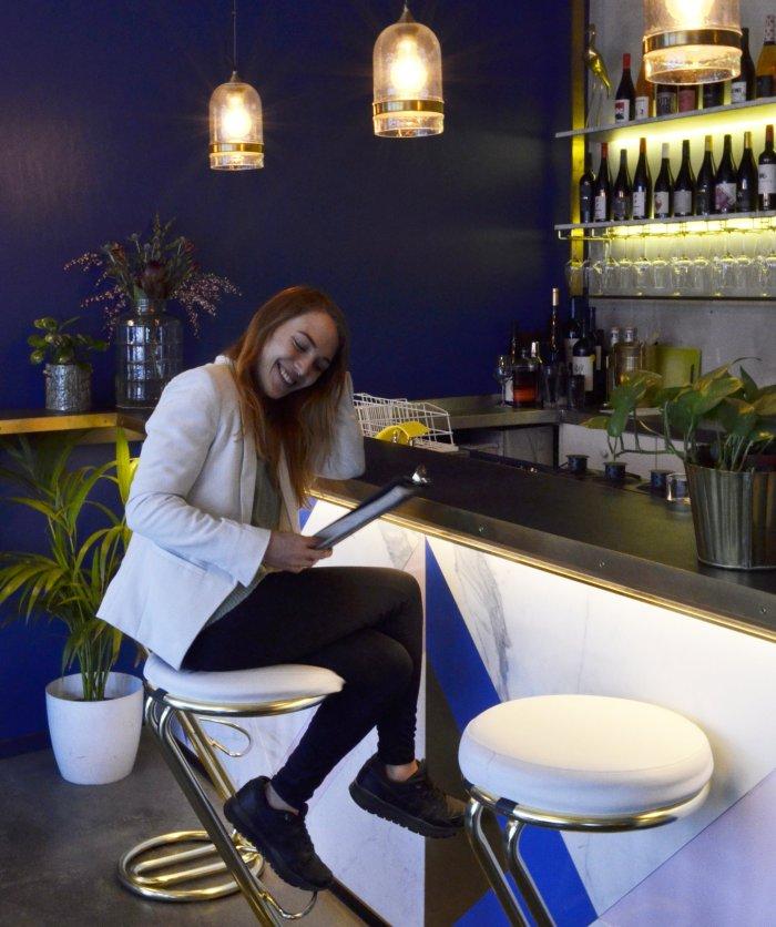 MARLENE Jasmin an der Bar